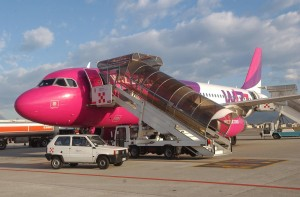 Wizz Air har en enhetsflåte på over 50 Airbus A 320 maskiner. Wizz Air har sin hovedbase i Budapest og eies av amerikanske Indigo Partners. (wizzair.com)