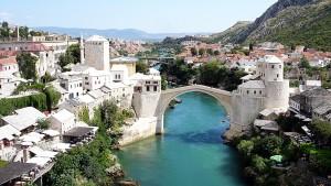 Den gamle broen Stari Most som Mostar har fått sitt navn etter (trivago.no)