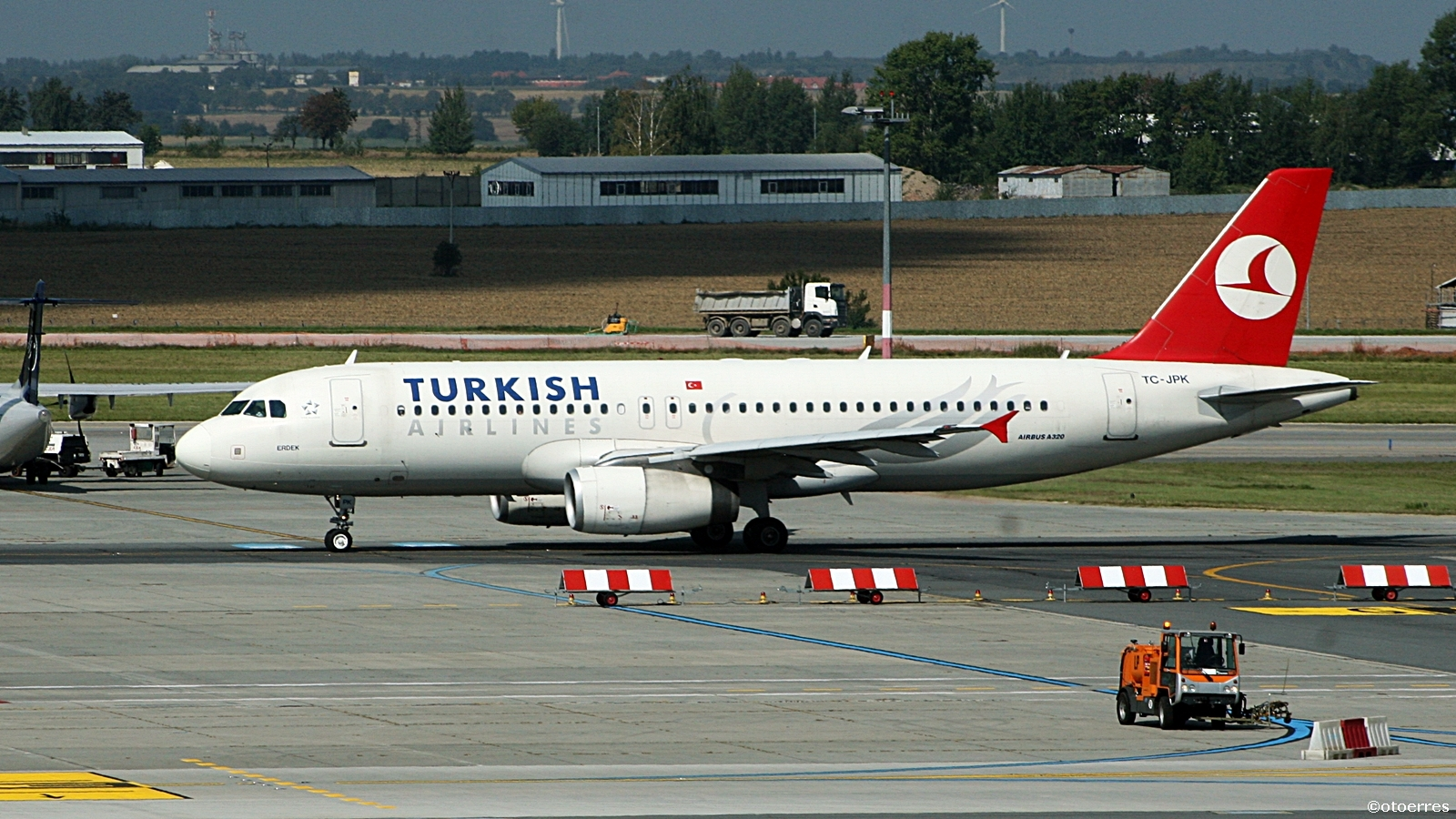 Turkish Airlines Airbus A 320 - Praha - Vaclav Havel airport