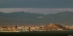 Et fly fra britiske Monarch inn for landing på Alicante El Altet, som ligger rundt 12 kilometer utenfor bykjernen (©otoerres)