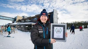Park Inn Trysil Mountain Resort ble i vinter kåret til Norges beste familiehotell av Trip Advisor. Pontus Åkesson, som er hotelldirektør for Park Inn Trysil Mountain Resort og Radisson Blu Resort Trysil, viser stolt fram prisen. Foto: Ola Matsson