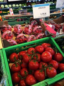Bor man som turist på Rhodos i lejlighed, er der gode muligheder for at få gode tomater til 1,75 euro (ca. 13,50 kr.) kiloet til den græske salat.(Spies.dk)