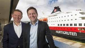 Hurtigrutesjef Daniel Skjeldam (til høyre) og Ståle Rasmussen fra Kleven  (Foto: Tor Farstad)