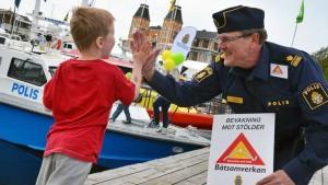 """Politiinspektør Thomas Andersson i region Väst politidistrikt i aksjon. Han og kollegaene bruker slett ikke bare Facebook, men bedriver også aktivt holdningsarbeid hos båtfolket. Ordet """"båtsamverkan"""" kan oversettes med nabohjelp mellom båteiere. Det betyr blant annet et aktivt ettersyn av naboens båt. (Foto: Polisen Båtsamverkan Väst)"""