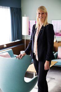 - For å støtte dette gode formålet velger vi nå å gi gjestene våre anledning til å oppleve denne designperlen og samtidig støtte og fremme forskning på brystkreft, forteller Helene Hallre ved Radisson Blu Royal Hotel i København (Bildekilde: Rezidor)