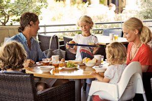 Selv de mest kræsne børn kan få sulten stillet på en ferie — om ikke andet så i frisk frugt. Mange familieresorts tilbyder buffeter for børn.(Billed: spies.dk)