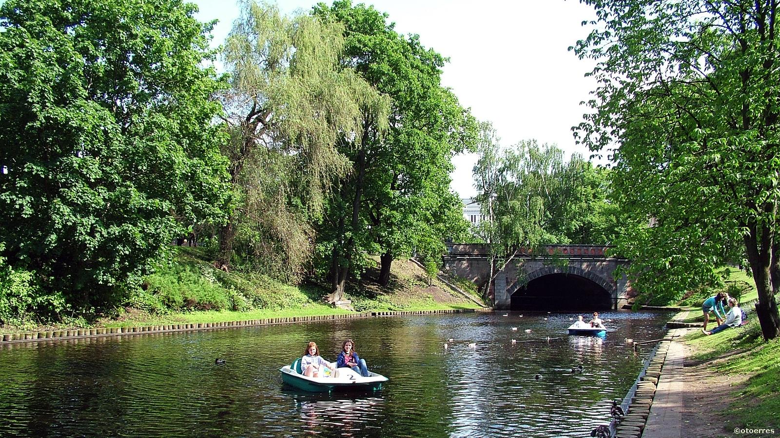 Kanal - sykkelbåter - byparken - Riga - Latvia