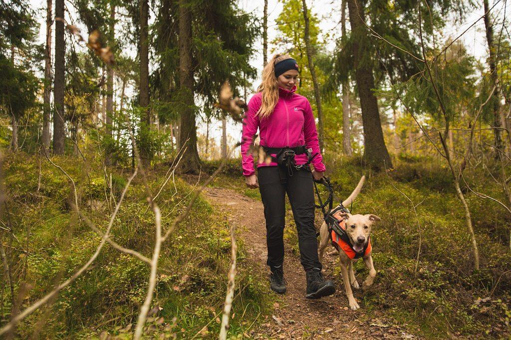 Gåtur - kvinne med hund - Norsk Friluftsliv