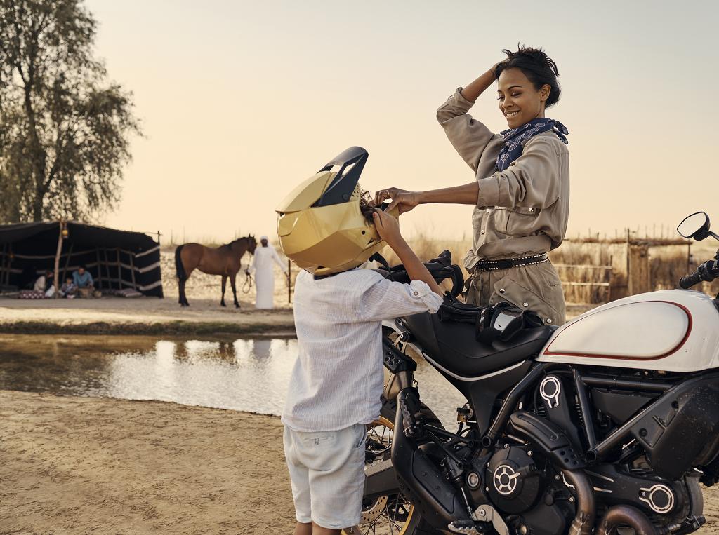 Dubai Tourism - Film - 2019 - Zoe Saldana - Motorsykkel - Ørken - Beduin leir