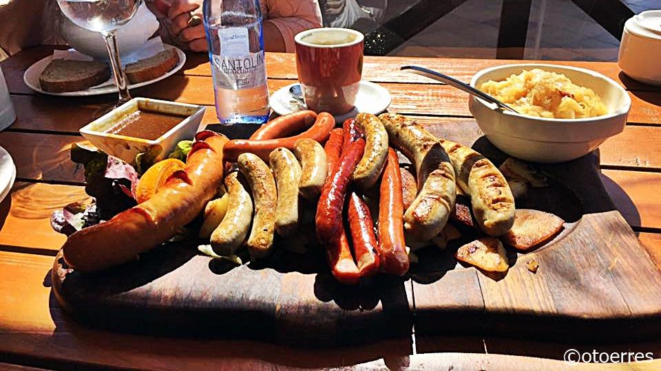 Tyske pølser på ett brett - sauerkraut