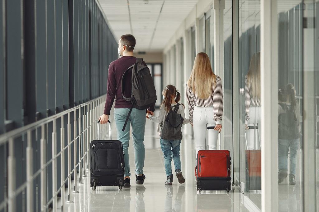 Flypassasjerer - munnbind - Gate - Flyplass - Dinero.no