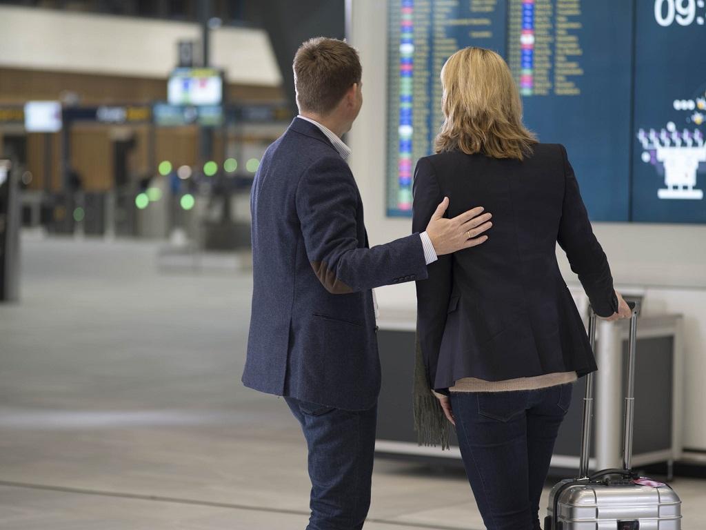 Frende Forsikring - Par på flyplass - Koronavirus - evakuering
