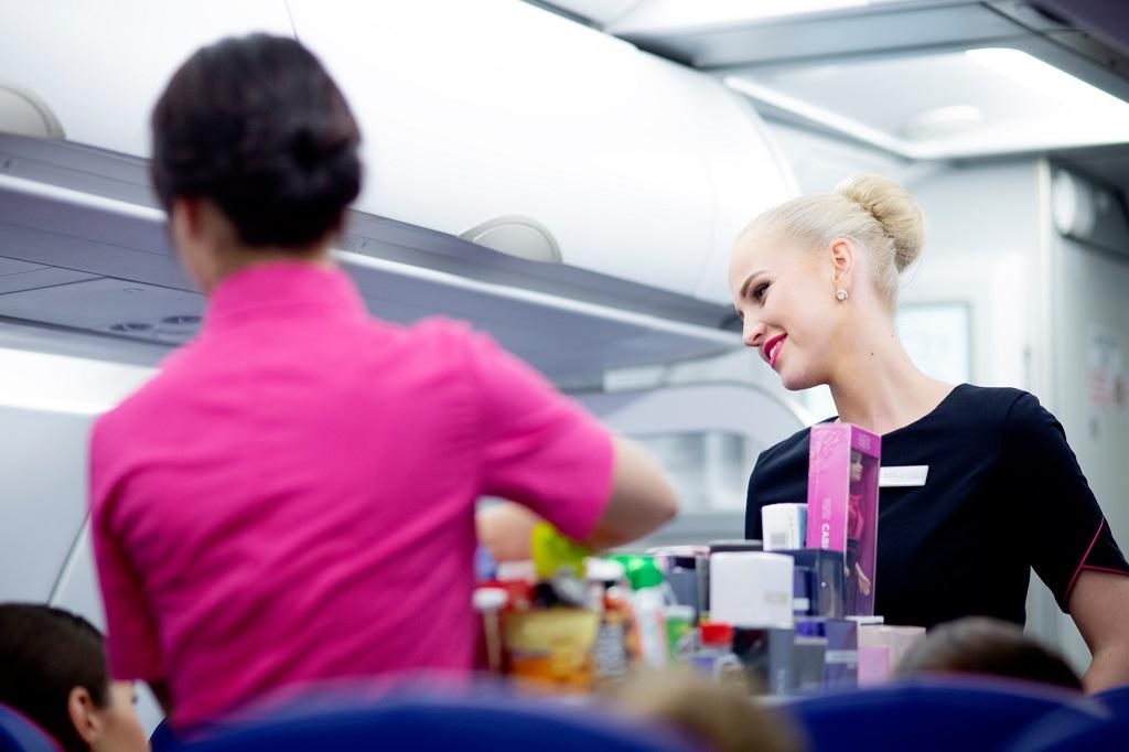 Wizz Air - Cabin crew - Flyvertinner - serveringsvogn