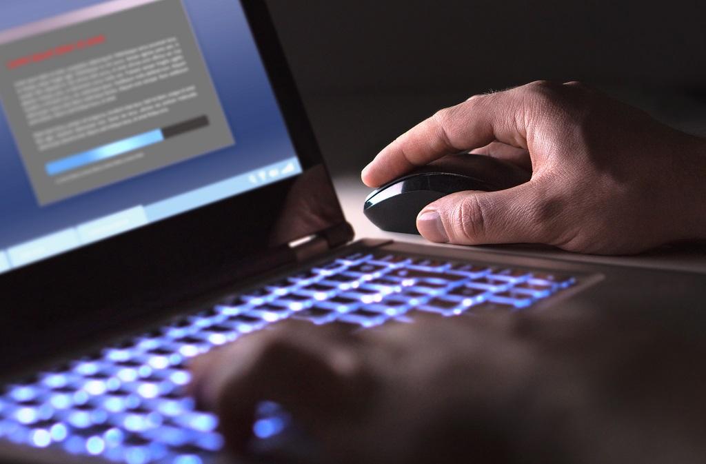 KnowBe4 - datasikkerhet - cyberkriminell innsallerer software i nattens mulm og mørke