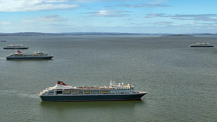 Fred.Olsen Cruise Lines - Cruiseskip - oppankret - Firth of Forth Skottland - april 2020