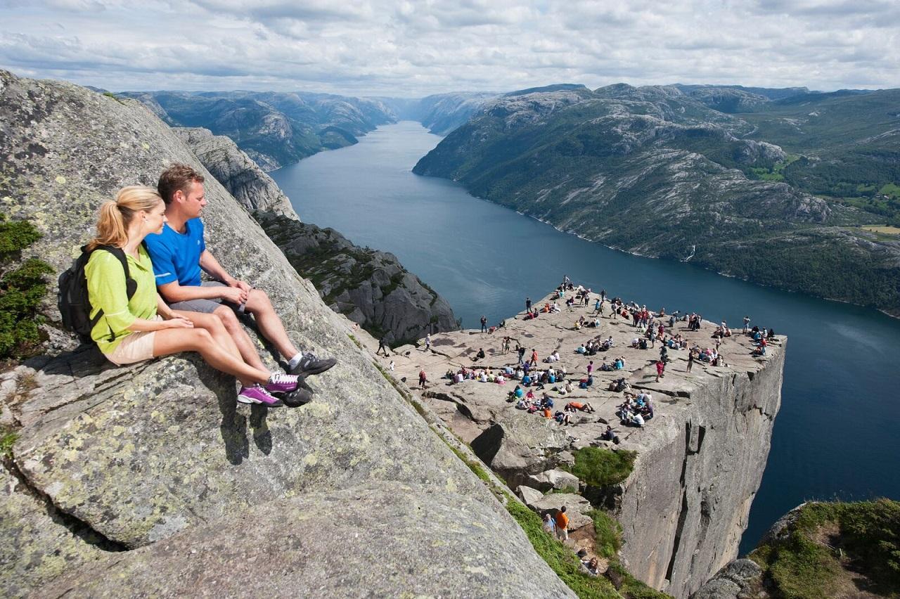 Preikestolen - Turvandrere - Lysefjorden - Norge