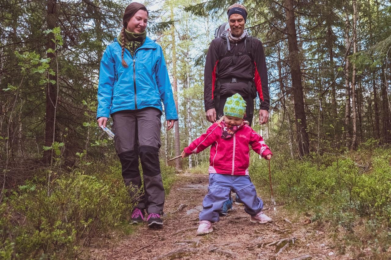 Familie på orienteringstur i Oslomarka