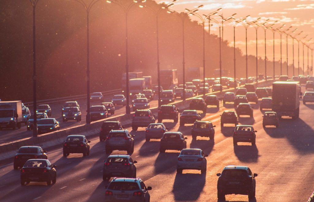 Solnedgang - trafikk - Motorvei - Biltrafikk - Fremtind