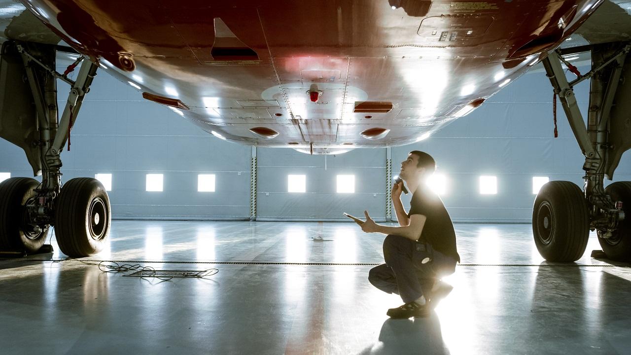 Flymekaniker - Hangar - Bertel O. Steen - Shutterstock