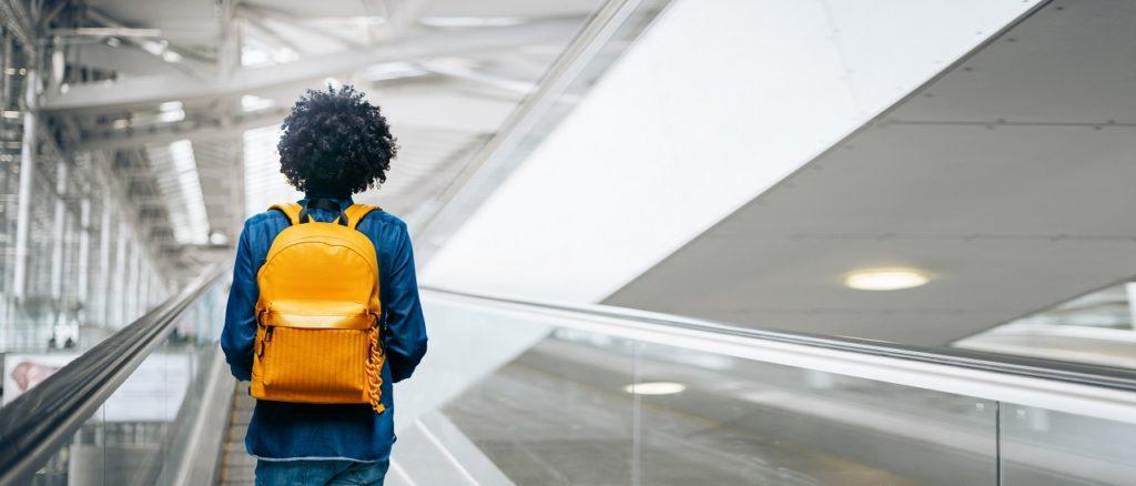 Kvinne med ryggsekk - Bangkok airport - Thailand - easyJet -nye reglewr for håndbagasje