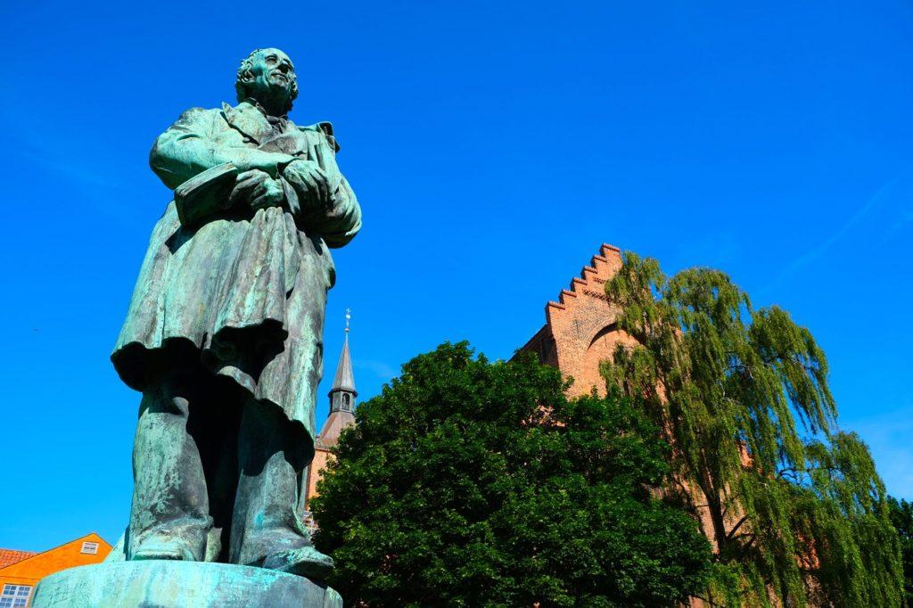 H.C. Andersen - Statue - Odens Domkirke - Fyn - Danmark - Visit Denmark