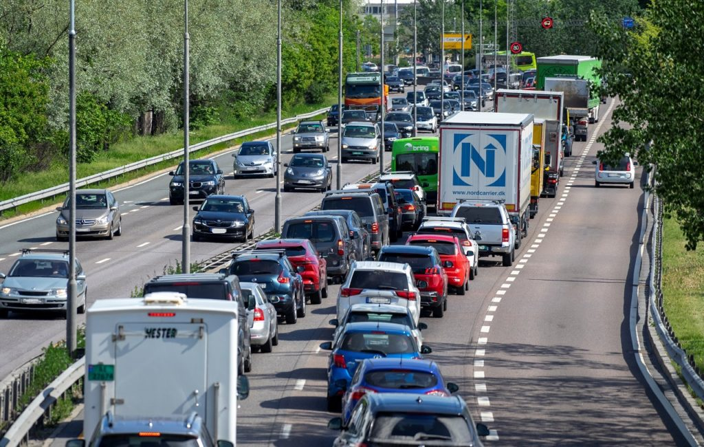 Biltrafikk - motorvei - Fremtind - Illustrasjon