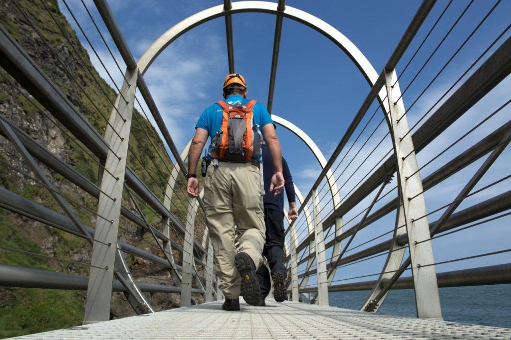 Turistgruppe - Tubular Bridge - The Gobbins -Irland