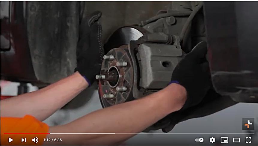 Skjermdump fra video om vedlikehold av bilbremser - autodoc.co no