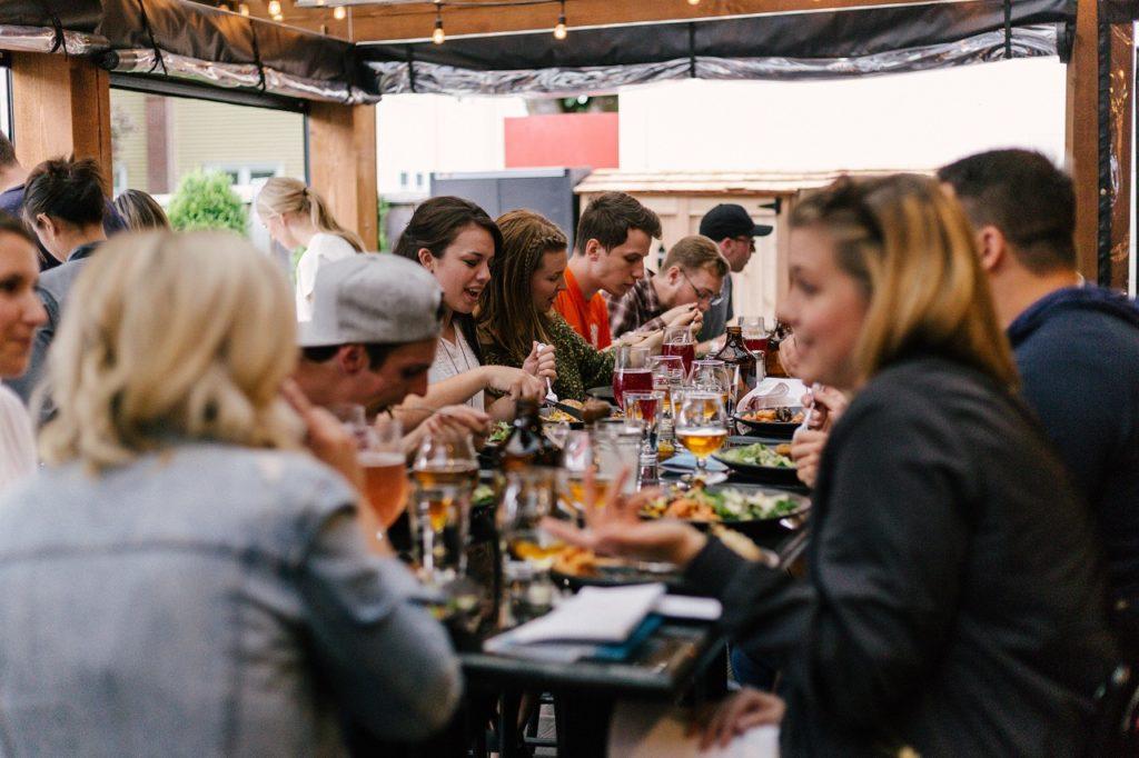 Folk - restaurant - smittefare - Insplash - Frende