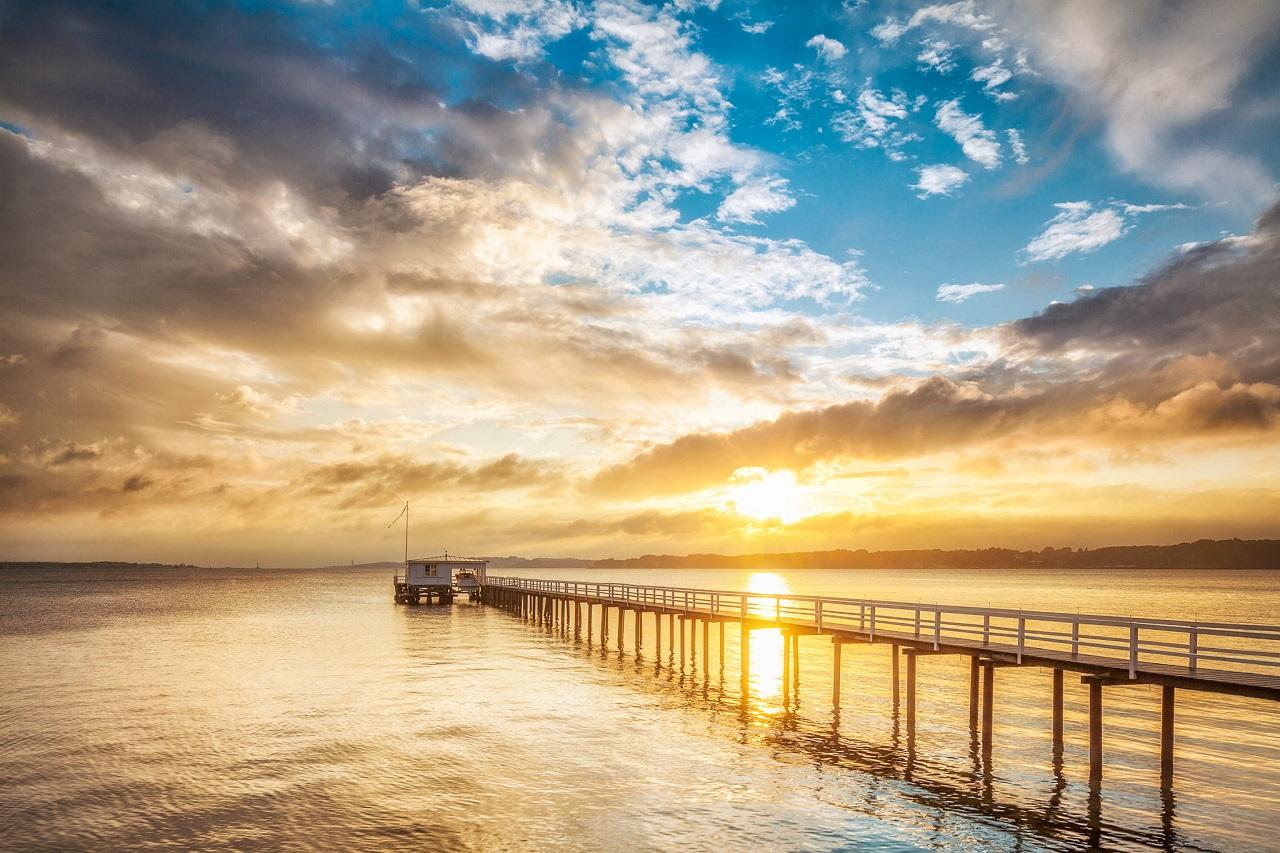 Solnedgang - Kiel Seebrücke - Østersjøen - Schlewig-Holstein -Tyskland